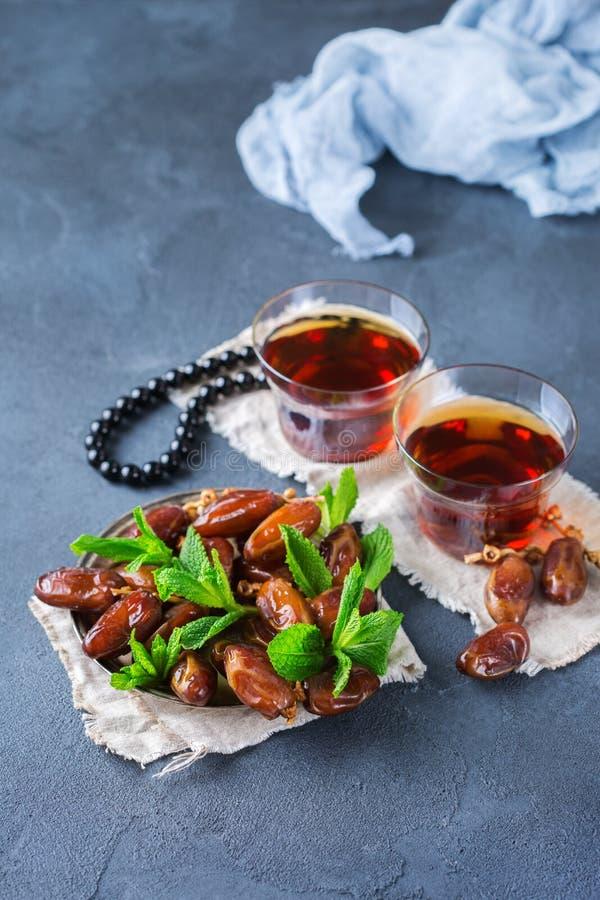 Kareem ramazan del Ramadan Tè arabo tradizionale con la menta ed i datteri immagini stock libere da diritti