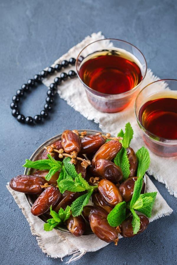 Kareem ramazan del Ramadan Tè arabo tradizionale con la menta ed i datteri fotografie stock