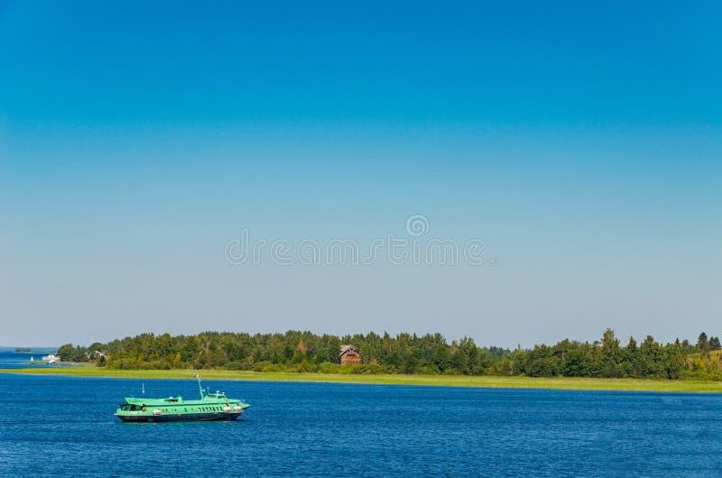 Karelië, Rusland - 07 19 2018: een reis met een vleugelboot door de schilderachtige plaatsen van Karelië Rusland stock foto's