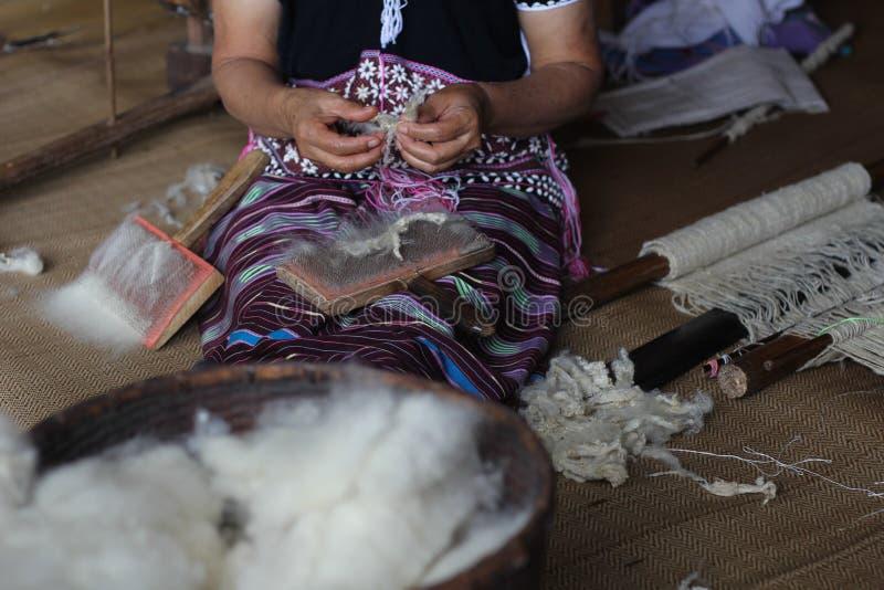 Karen-Frau, die Wolle herauszieht und nimmt stockfoto