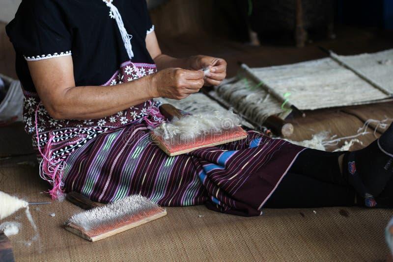 Karen-Frau, die Wolle herauszieht und nimmt stockbilder