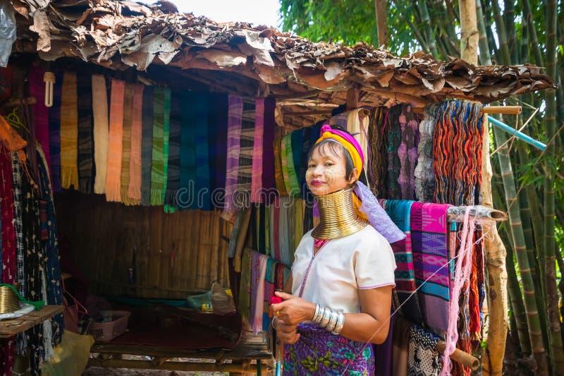 Karen Long Neck kvinna med mässingsspolar thailand royaltyfri bild