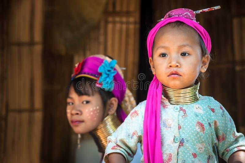 Karen Long Neck kvinna med mässingsspolar thailand arkivfoto