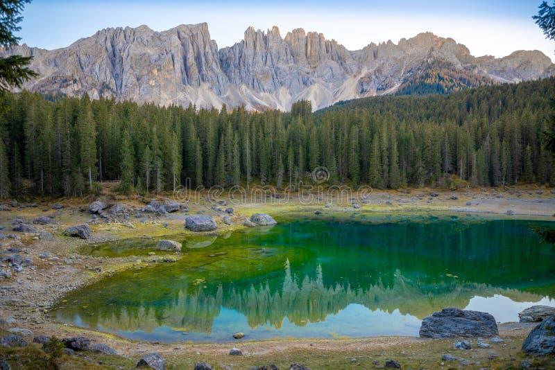 Karersee eller Lago di Carezza, är en sjö med bergskedja av den Latemar gruppen på bakgrund i dolomitesna i Tyrol royaltyfri foto