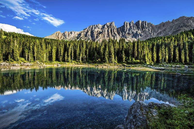 Karersee Lago di Carezza, är en sjö i dolomitesna i södra Tyrol, Italien I bakgrunden bergskedjan av det Latemar Get royaltyfria foton