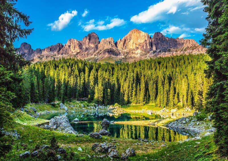 Karersee Lago Di Carezza, is een meer in het Dolomiet in Zuid-Tirol, Italië stock afbeelding