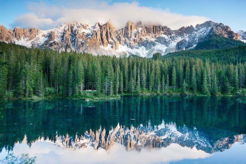 Karersee, lago nas dolomites em Tirol sul, Itália. foto de stock