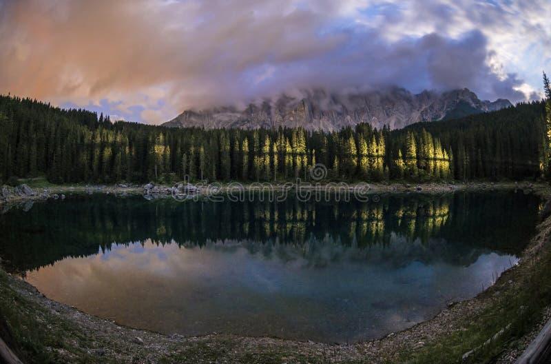 Karersee nattsikt, Dolomiti - Italien fotografering för bildbyråer