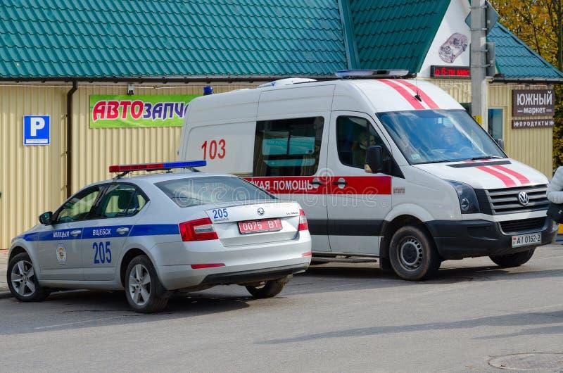 Karetka i policja przy dzielnicowym jarmarkiem Dozhinki, Senno, zdjęcie royalty free