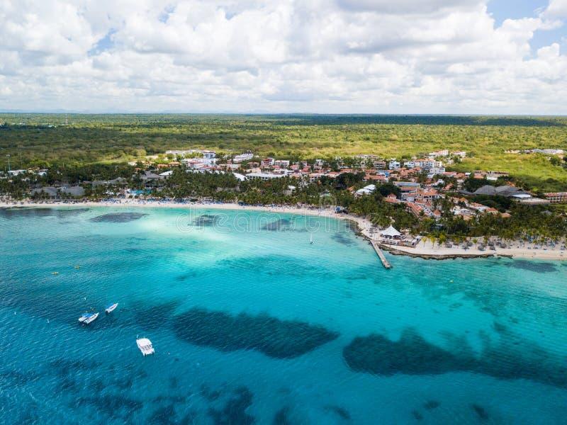 Karibische Küste von Dominikanischer Republik nahe Bayahibe-Dorf, Schuss vom Brummen lizenzfreies stockbild