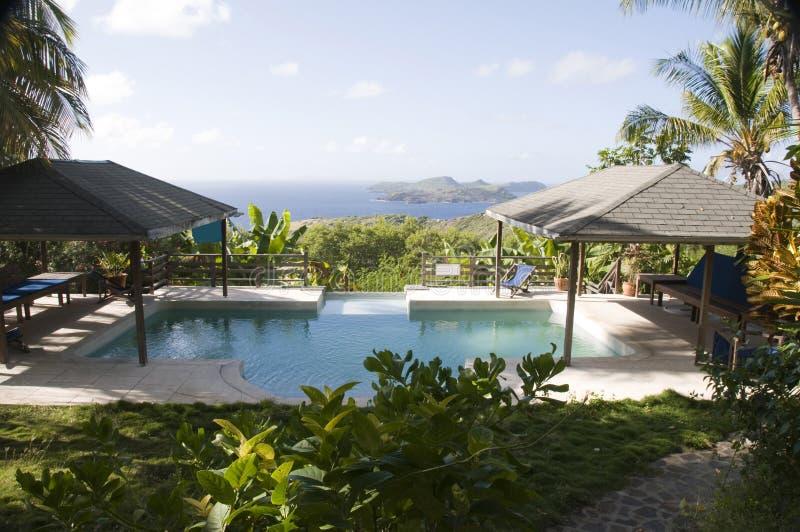 Karibische Landhauspoolansicht-Grenadineinsel stockbild