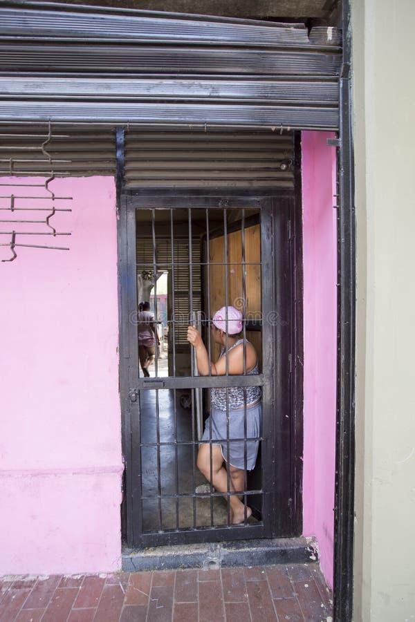 Karibische mittlere Altersfrau, welche die Tür, Caracas bereitsteht stockfotografie