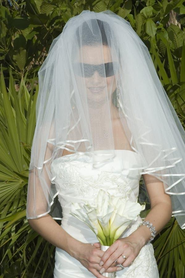Karibische Strand-Hochzeit - Braut mit Schleier und Sonnenbrillen lizenzfreies stockbild