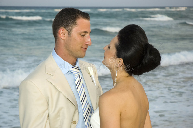 Karibische Strand-Hochzeit - Braut u. Bräutigam lizenzfreies stockfoto