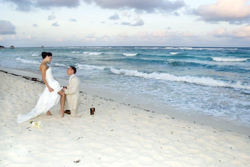 Karibische Strand-Hochzeit - Strumpfband-Gurt stockfotos