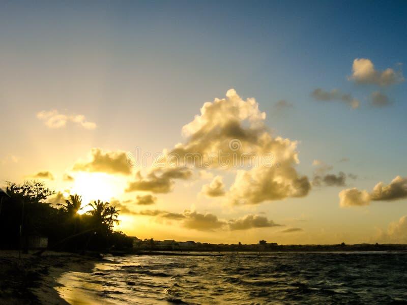 Karibischer Strand am Sonnenuntergang stockfoto
