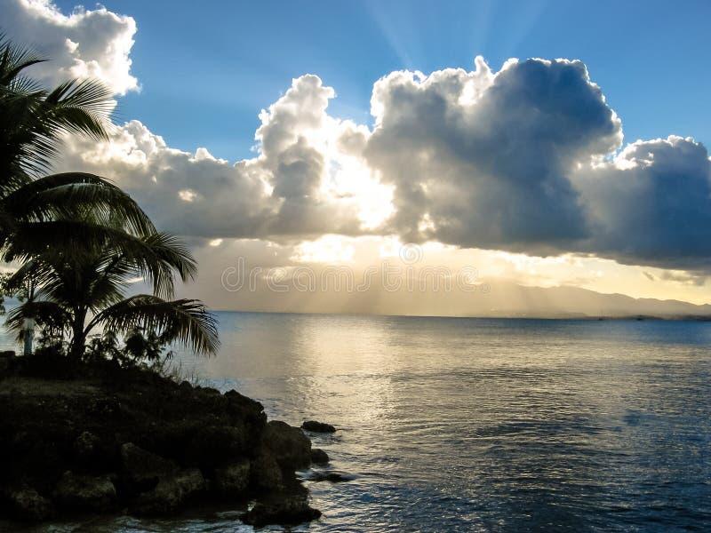 Karibischer Strand am Sonnenuntergang stockfotografie