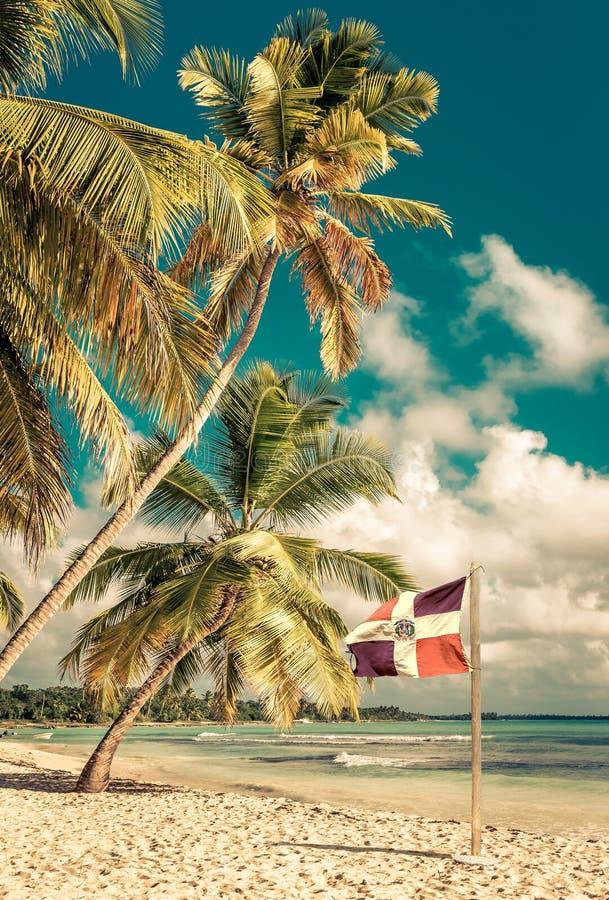 Karibischer Strand und Flagge der Dominikanischen Republik lizenzfreies stockbild