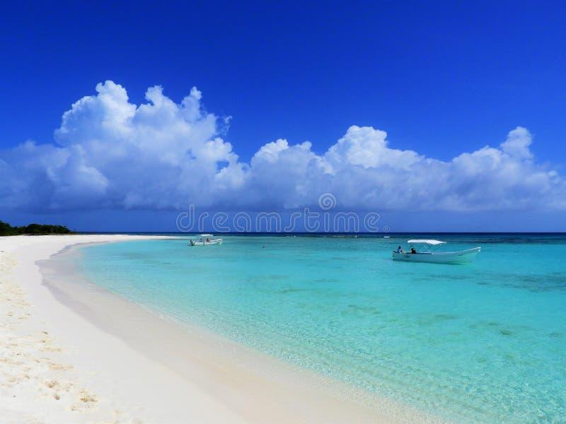 Karibisches Meer, Los Roques Ferien im blauen Meer und in den verlassenen Inseln lizenzfreie stockfotografie