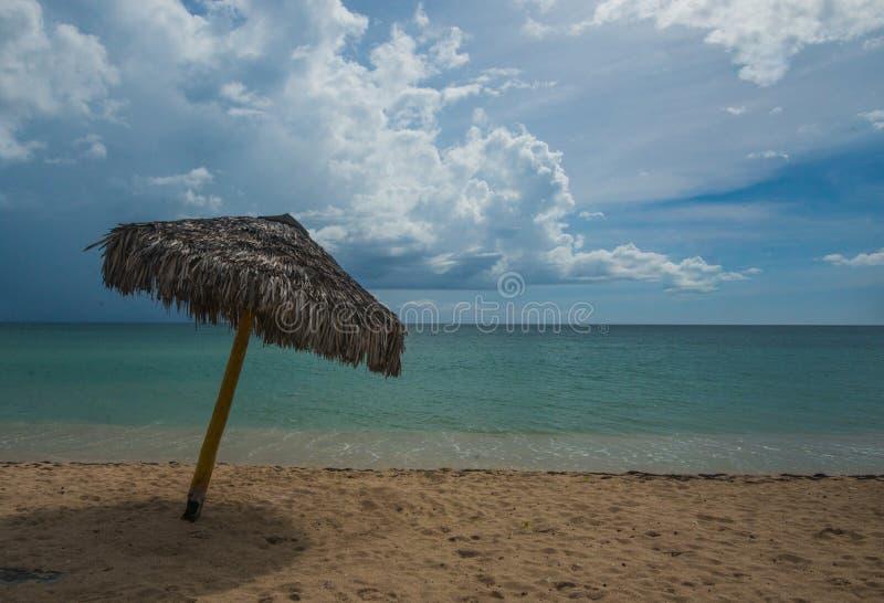 Karibisches Seestrand mit schönem weißem Sand und sich entspannen stockfotos