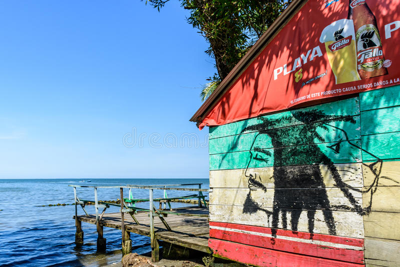 Karibisk beachside stång, Livingston, Guatemala royaltyfri fotografi