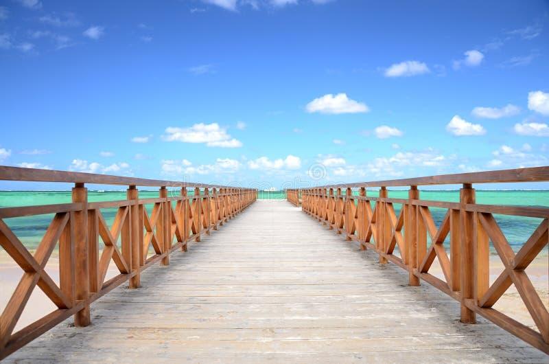 Karibisk brygga och exotisk strand royaltyfri foto
