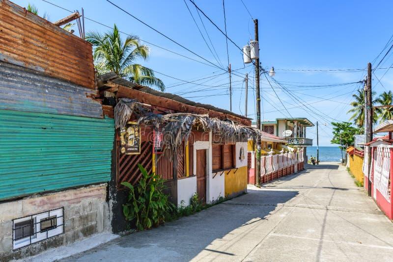 Karibisk gata, Livingston, Guatemala fotografering för bildbyråer