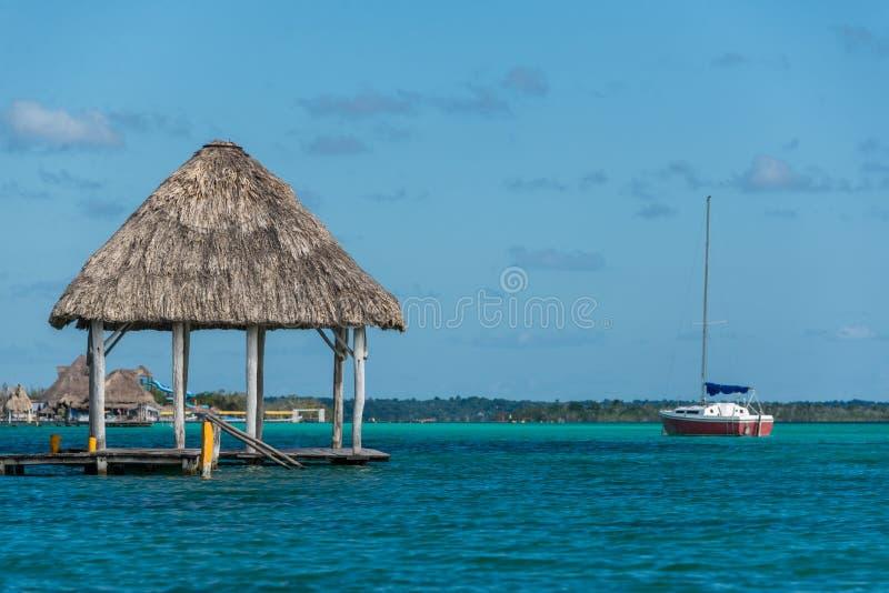 Karibisk plats med kojan och segelbåten Bacalar nära tulum Trav royaltyfria bilder