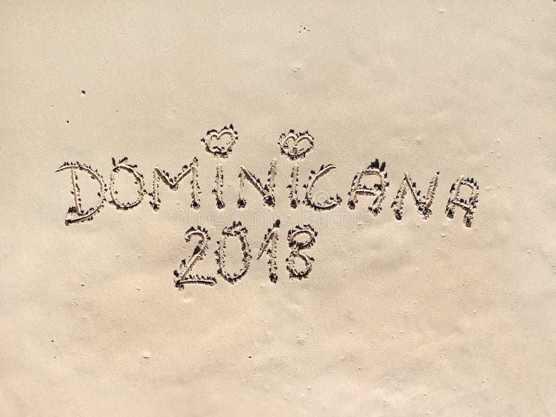 Karibisk strand med en inskrift på sanden Dominikanska republiken royaltyfria bilder