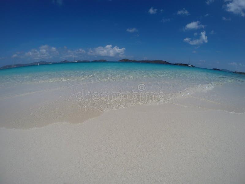 Karibisk strand med sand och horisonten fotografering för bildbyråer