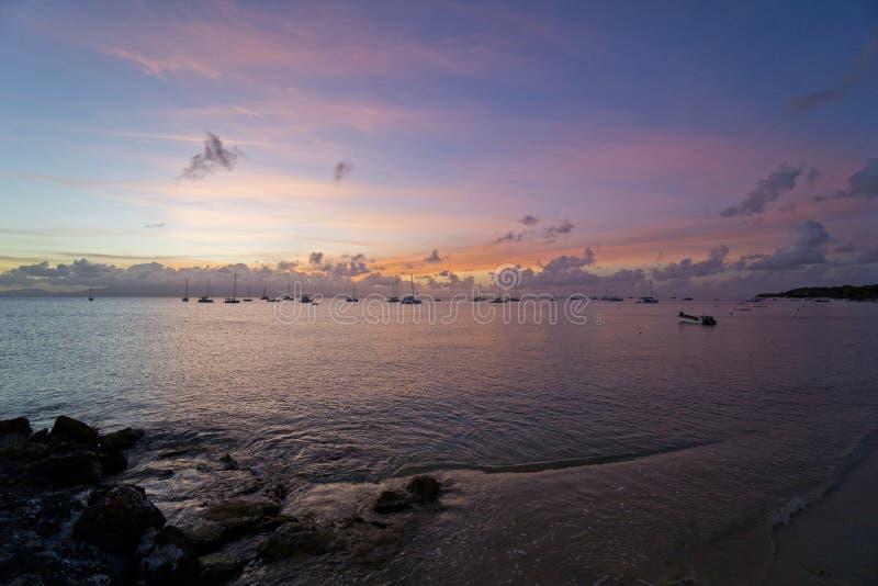 Karibiska franska västra Indies, Guadeloupe ö, solnedgång över fjärden arkivbilder