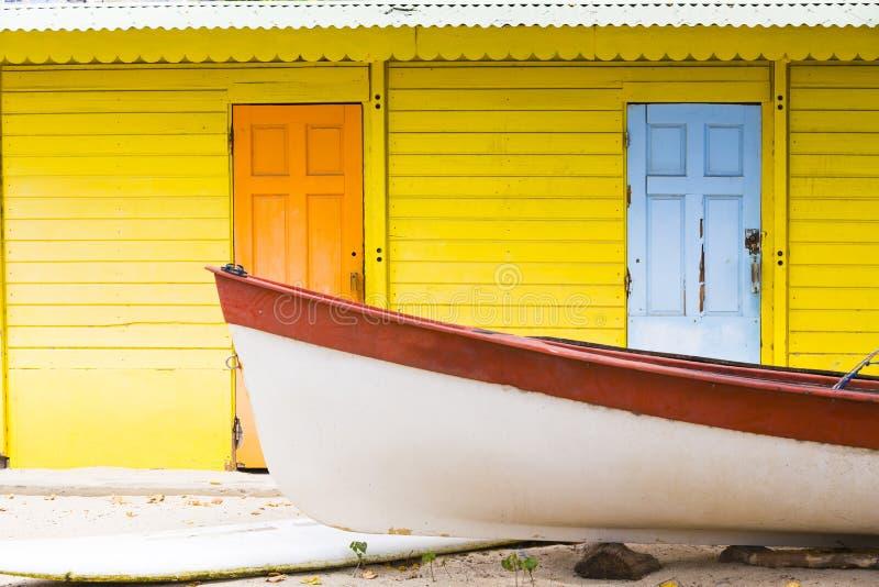Karibiskt färgrikt hus med fartyget royaltyfri foto