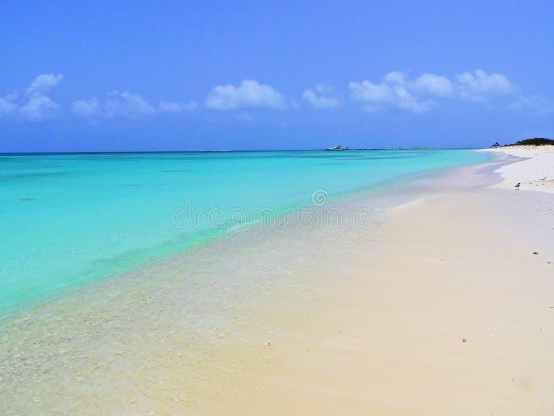 Karibiskt hav, Los Roques Semester i det blåa havet och de öde öarna arkivbilder