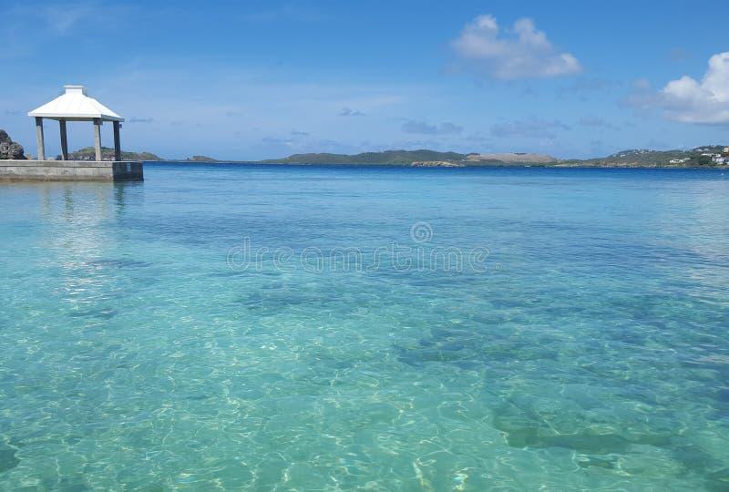 Karibiskt hav med gazeboen i vatten royaltyfri fotografi
