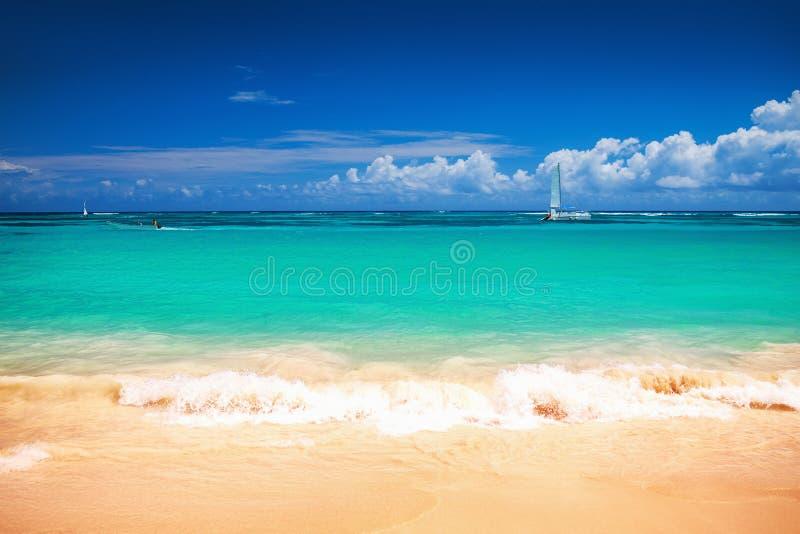 Karibiskt hav och fartyg p? kusten, h?rlig panoramautsikt royaltyfria bilder