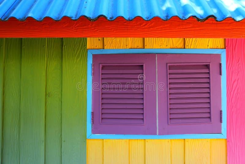 Karibiskt hus för strandstil som målas med primära färger i dekorativ stil för reggae royaltyfria foton