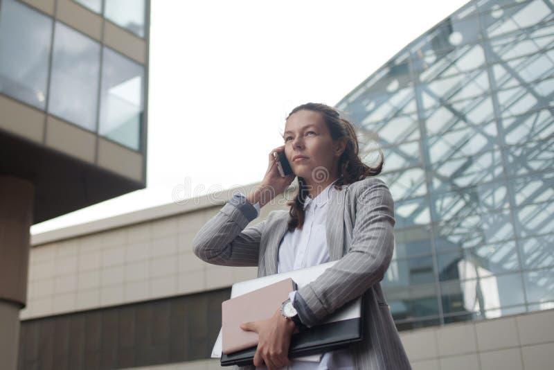 Kariera przyrost i ambicje, pojęcie Młody bizneswoman na tle centrum biznesu obraz royalty free