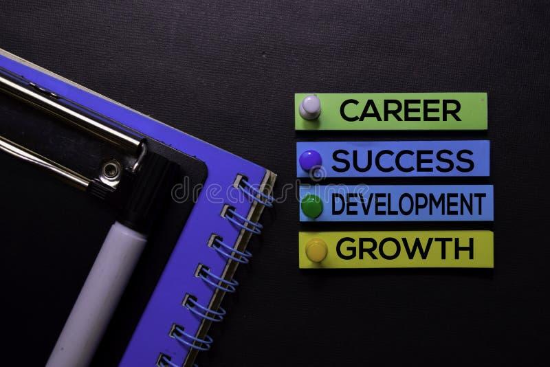 Kariera, sukces, rozwój, Wzrostowy tekst na kleistych notatkach odizolowywać na Czarnym biurku Mechanizm strategii pojęcie fotografia stock