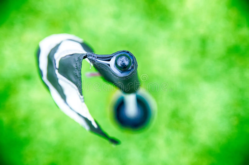 Kariertes golfflag Pfosten bokeh lizenzfreie stockfotos