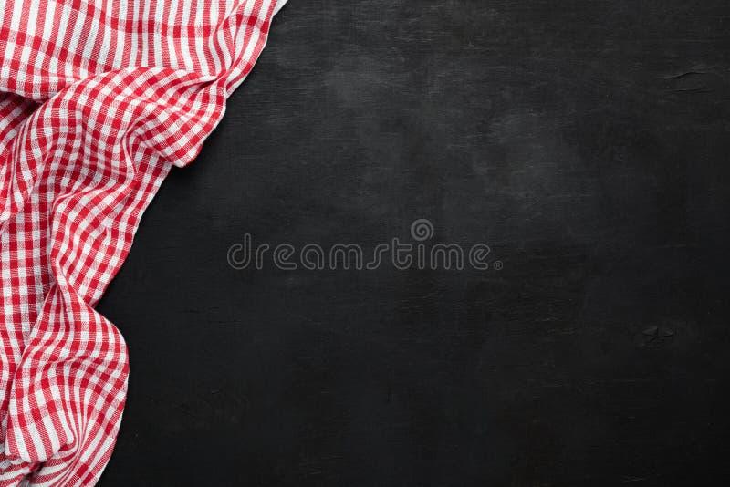 Kariertes Küchengewebe des roten Plaids auf schwarzem Hintergrund, Tafel lizenzfreie stockfotografie