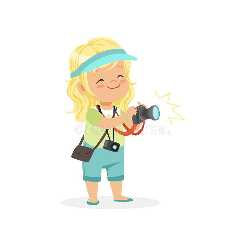 Karikaturflaches Vorschulmädchen, das mit digitaler Fotokamera in den Händen steht Fotograf- oder Reporterberufkonzept lizenzfreie abbildung