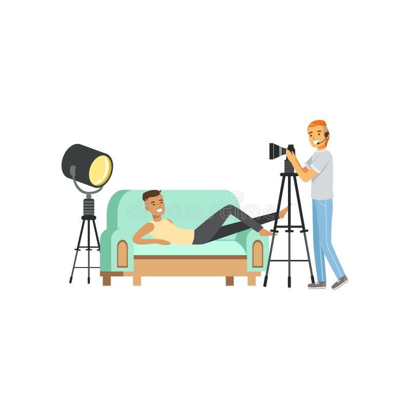 Karikaturkerl-Modellcharakter, der das Lügen auf Couch aufwirft Fotograf mit Kopfhörer und Berufskamera auf Stativ vektor abbildung