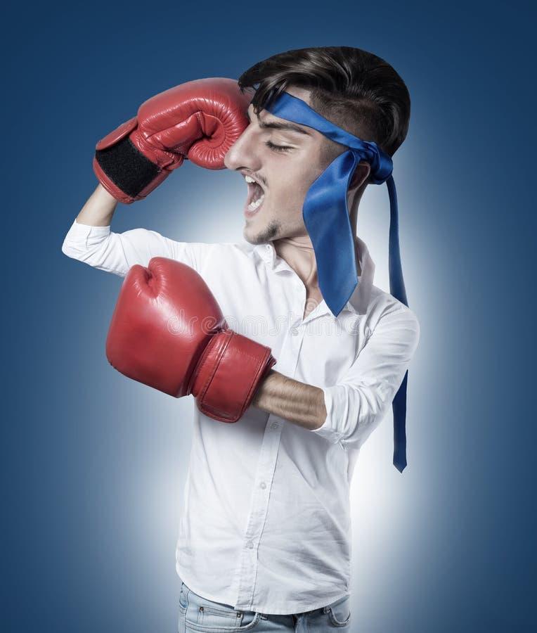 Karikatyr av den roliga affärsmannen med röda boxninghandskar och blått fotografering för bildbyråer