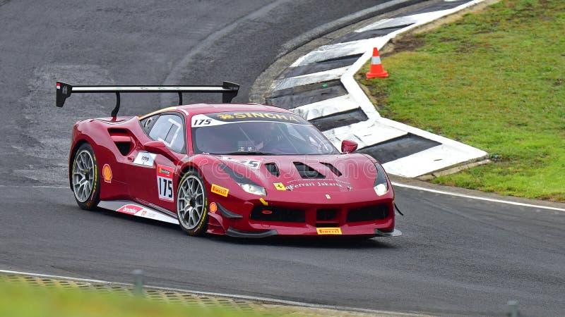 Karim Nagadipurna, der in einer Herausforderung Ferraris 488 an Ferrari-Herausforderungs-Asia Pacific-Reihe läuft, laufen stockfotos