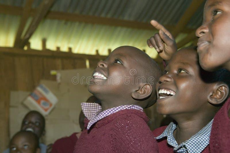 Karimbaschool met schoolkinderen die in klaslokaal in Noord-Kenia, Afrika glimlachen royalty-vrije stock fotografie