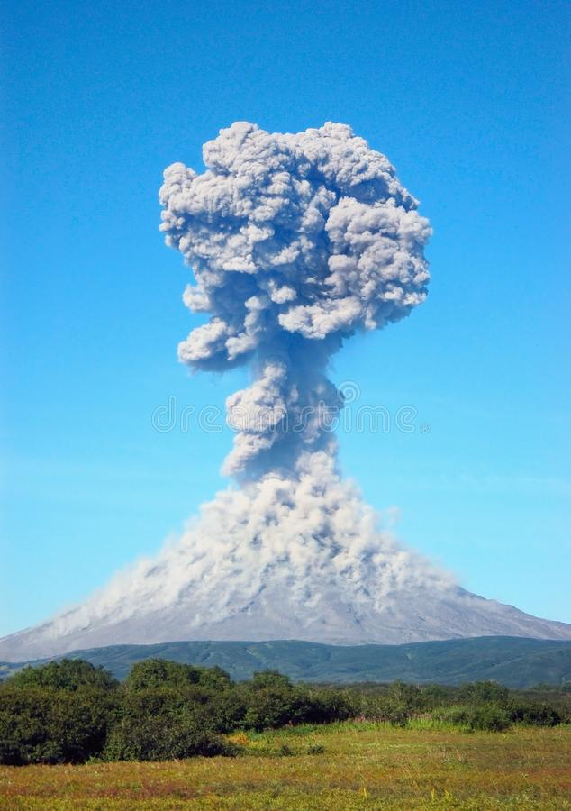 Karimskiy-Vulkaneruption in Kamchatka lizenzfreies stockbild