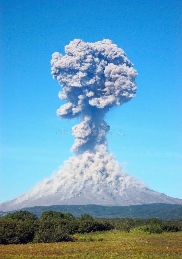 Karimskiyvulkaanuitbarsting in Kamchatka royalty-vrije stock afbeelding