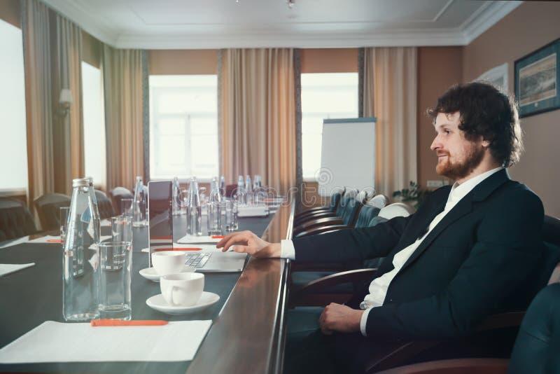 Karismatisk affärsman i en dräkt royaltyfri foto