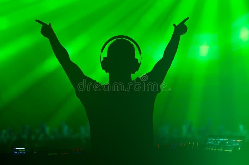 Karismatisk diskjockey på skivtallriken arkivfoto
