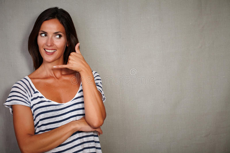 Karismatisk kvinna som gör en gest kundtjänstappell royaltyfria bilder